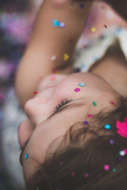 Criança confetis